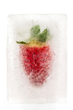 The best tips and tricks to throw your best summer party yet: Amplify your drinks by freezing fruits or florals into ice cubes and adding to cocktails. Fruit Photography, Photography Projects, Cocktails, Drinks, Beverages, Frozen Fruit, Throw A Party, Party Entertainment, Like A Boss
