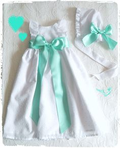 Cueiro e touca plumeti de folhos com fita de cetim menta - Plumeti ruffle baby dress and cap with mint satin ribbon  Follow us on instagram:  https://www.instagram.com/bcottonyforchildren/