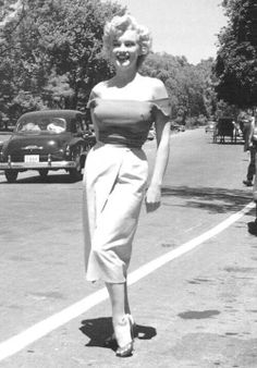 Marilyn Monroe photographed during location shooting for Niagara by Jock Carroll, August Estilo Marilyn Monroe, Marilyn Monroe Photos, Marilyn Monroe Style, Marilyn Monroe Outfits, Rare Marilyn Monroe, Hollywood Glamour, Hollywood Actresses, Bicicletas Raleigh, Pinup
