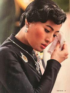 สวยงามสมพระเกียรติ นิตยสารฝรั่งเศสบอกแทนคนไทยแด่ ในหลวงร.9 Thailand Princess, Thai Princess, Thai House, Bhumibol Adulyadej, Great Leaders, Royal Families, King Queen, High Waisted Skirt, Royalty