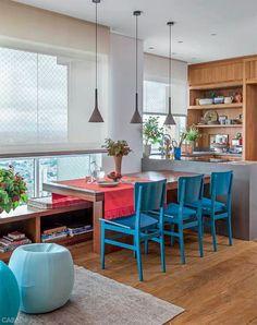 Mesa, cadeira coloridas e luminária.