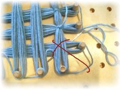 I remember doing this when I was a kid Rug Loom, Loom Weaving, Hand Weaving, Loom Knitting Stitches, Easy Knitting, String Crafts, Yarn Crafts, Loom Flowers, Loom Craft