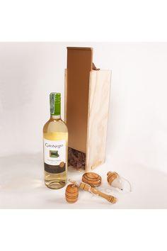 Un regalo busca resaltar y hacer recordar memorias, inspirar sueños y generar un grato momento. Este regalo, un empaque de vino de lujo en madera pino, con un vino blanco, y un set en madera compuesto por trompo, yoyo y una coca, juguetes tradicionales en la cultura latinoamericana. Este set de regalo lo consigues en La Confitería. Tapas, Drinks, Bottle, Birthday Gifts, White Wine, Packing, Memoirs, Personalized Gifts, Drinking