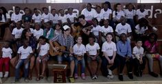 Jason Marz canta com coral de crianças refugiadas Cantor fez uma pausa em sua agenda de shows no Brasil para realizar o encontro. Maria Gadú também participou do coral.