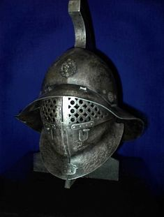 gladiator helmet of the Thracian style - photo by Ugo-Serrano Medieval Helmets, Medieval Armor, Roman Gladiators, Gladiator Helmet, Roman Helmet, Ancient Armor, Rome Antique, Empire Romain, Armadura Medieval