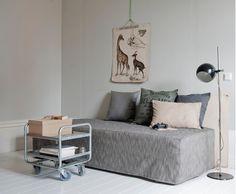 Ótima idéia de capa com box de solteiro formando um sofá.
