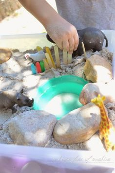 Create a simple small-world zoo with sand, plastic animals and craft sticks. Fun play idea for preschool age kids! Sensory Bins, Sensory Table, Sensory Play, Sand Play, Water Play, Pre K Activities, Play Table, Craft Stick Crafts, Craft Sticks