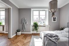 Dormitorio con paredes grises / Mueble recibidor / Dormitorio con pared de vidrio / Colores soft y un vestidor low cost #hogarhabitissimo #parquet en espiga