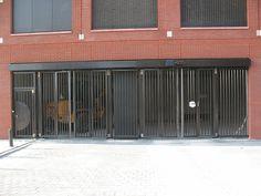 De Ingang van de garages word afgesloten met een elektrisch hek waarmee de bewoners met een zender de poort kunnen openen. Als de bewoners naar uitgang rijden komen ze voor een stoplicht te staan met gewichtsplaat die ervoor zorgt dat het hek opengaat. Marciano Mascini