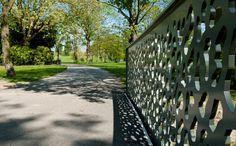 Park 't Hof valt op door zijn romantische en historische karakter: kronkelige paden, monumentale bomen, een mooi bloemencarré bij de ingang aan de Hoflaan en de dierenweide, die door bewoners beheerd wordt. Het Oranjepark heeft strak gebogen waterpartijen, slingerende verharde paden en ruime gazons.