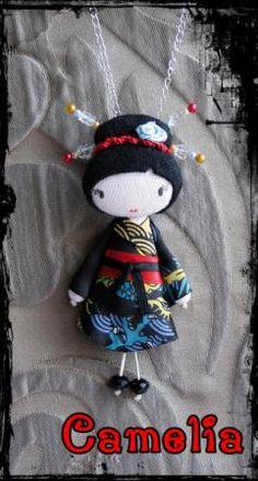Broche Camelia. Kimono en satén floral multicolor. Adornos en el pelo de raso, agreman y cristal. Manos y pies en cristal facetado. Gastos de envío gratis.