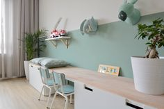 Cute desk and wall decoration for girls - Kinderzimmer Ideen - Cute Wall Decor, Kids Wall Decor, Kids Bedroom, Bedroom Decor, Childrens Bedroom, Bedroom Colors, Cute Desk, Deco Kids, Ikea Wall