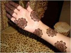 Simple mehndi designs are loved by everyone. Mehndi has become part of eastern culture. Summer is near and people are waiting to be in their body's beach! It is also time for henna tattoos attractive.