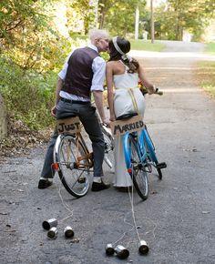 Ett miljövänligt transportsätt är cykeln, som ju faktiskt även går att dra burkar med! [Wedding transportation ideas.] #wedding #bröllop #ecobride