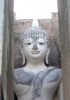 Image from http://upload.wikimedia.org/wikipedia/commons/d/da/Wat_Si_Chum_in_Sukhothai.jpg.