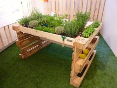Raised beds made of Euro pallets ✔ Raised beds made of pallets ✔ Inspirations ✔ Guides ✔ Tips on construction ✔ DIY ideas ✔ Pallet furniture ✔ Garden ✔ Herb Garden Pallet, Diy Garden Bed, Pallet Patio, Diy Garden Projects, Diy Pallet Projects, Pallet Ideas, Vegetable Garden, Palette Herb Garden, Herbs Garden