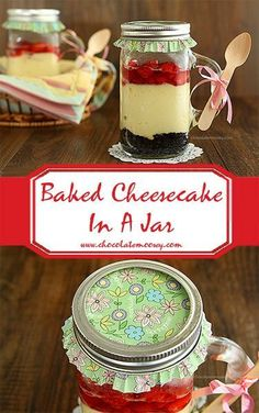 Baked Cheesecake In A Jar - graham cracker crumbs or chocolate wafer crumbs - butter - cream cheese - sugar - egg - sour cream - vanilla - pie filling or hot fudge sauce or strawberry sauce Mason Jar Desserts, Mason Jar Meals, Meals In A Jar, Köstliche Desserts, Delicious Desserts, Dessert Recipes, Jar Recipes, Mason Jars, Hot Fudge