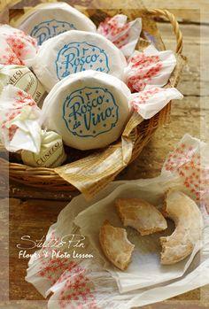 『パッケージが可愛いスペインのリング型クッキー♪』 Cafe Branding, Cake Packaging, Biscuits, Cookie Box, Candy Cookies, Colorful Cakes, Food Decoration, Biscuit Cookies, Japanese Sweets