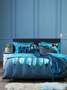 La housse de couette Allure dans les tons de sarcelle transforme votre lit en un lac bleu clair où flottent de légères plumes. Le dos de la housse est bleu uni et les coussins sont une version réduite de la housse.