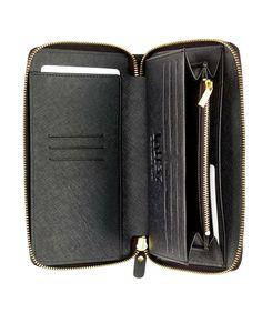 Czarny skórzany portfel #Loft37 to znakomity prezent dla osoby, która ceni sobie elegancję, modny design, a także skuteczne i praktyczne zabezpieczenie swoich pieniędzy i dokumentów. Portfel oferuje sporą, osobną przestrzeń na banknoty, dokumenty i monety. Wykonany jest z czarnej groszkowej lub gładkiej skóry i dostępny w dwóch rozmiarach. Prezent z kategorii piękny i praktyczny.