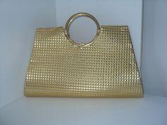 Bolsa forrada com material sintético emborrachado dourado com relevo de  pequenos quadrados, alça de argola dourada, forro interior creme ou preto.  R  65,00 2faac3377f