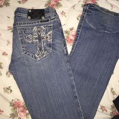 Cute Miss Me jeans sz 28 x 32 style boot Pre loved , has a reddish faint mark , see second pic barely visible . Missing a button in the back where the brand goes.... Inseam 32 Miss Me Jeans Boot Cut