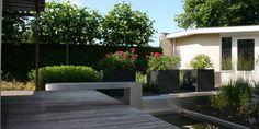 Een strakke tuin waarbij gebruik is gemaakt van robuuste materialen om de tuin een stoer uiterlijk te geven.