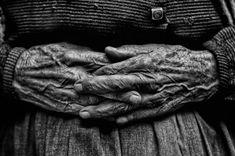 Calabria in bianco e nero: volti e mani la raccontano