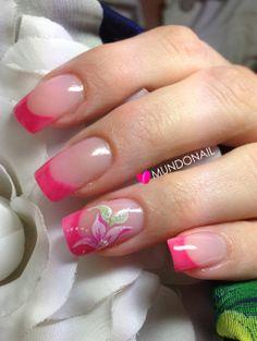 Uñas acrílicas en rosa neon y diseño con pintura