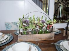 Learn how to make beautiful flower arrangements and centerpieces, plus get mantel decorating ideas from Fixer Upper and Joanna Gaines. Magnolia Farms, Magnolia Homes, Gaines Fixer Upper, Farmhouse Style, Farmhouse Decor, Magnolia Fixer Upper, Fixer Upper House, Inviting Home, Chip And Joanna Gaines