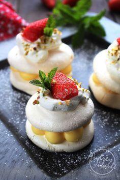 Mini pavlova citron et fraises Mini Pavlova, Pavlova Cake, Meringue Pavlova, Meringue Food, Macarons, Gluten Free Desserts, Dessert Recipes, Dessert Restaurants, Chocolate Hazelnut Cake