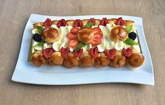 Voici un st-honoré fait pour l'anniversaire d'une amie précieuse et formidable. C'est la 2ème fois que je fais un st-honoré et une pâte feuilletée rapide, je suis contente du résultat. Composé d'une pâte feuilletée rapide, de pâte à choux, de caramel sur les choux, de fruits rouges, d'une chantilly mascarpone, d'une ganache montée à la vanille et quelques feuilles de menthe en déco. St Honoré, Waffles, French Toast, Caramel, Breakfast, Red Berries, Leaves, Mascarpone, Vanilla