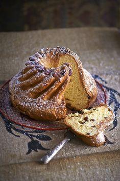 En Alsace, cette fameuse brioche ronde est servie le dimanche matin au petit déjeuner. Le Kougelhopf est également apprécié à l'heure de l'apéritif, accompagnée d'un verre de gewurztraminer.