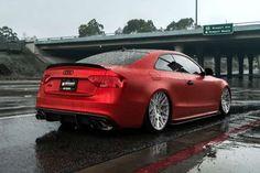 Fas schon dezent ist dagegen dieser Audi S5 mit mattem Lack, riesen Rädern und einem neuen Fahrwerk. - Boden Autohaus