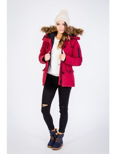 červená farba red color winter zima fall autumn jeseň móda fashion style štýl outfit oblečenie clothes trends trendy woman model žena girl blog blogger coat kabát čiapka hat nohavice denim pants jeans sneakers elegant stylish