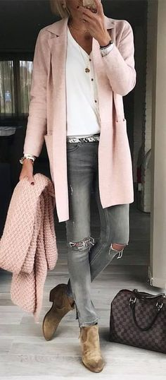 cool outfit / knit scarf + skinnies + bag + boots + pink cardigan + top #cardiganfall Cardigan Rose, Pink Cardigan Outfits, Pink Grey, Blush Pink, Spring Outfits, Simple Outfits, Cool Outfits, Winter Outfits, Gold Necklaces