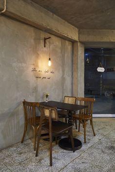내부소재 : 도끼다시 바닥재 / 합판+스테인 도장 : 빈티지 미장 (그레이 톤)  상업공간 전문 인테리어 - 어라운드30 인테리어디자인  Office : 031.8058.6336 Cafe : 031/8043.9366 Dining Table, Interior, Furniture, Shop, Home Decor, Decoration Home, Indoor, Room Decor, Dinner Table