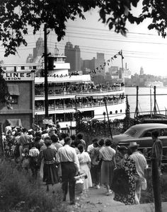 1950-People line up to board one of the Bob-Lo Island ferries (The Windsor Star-FILE)