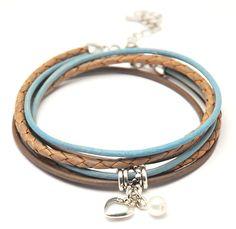 LEREN WIKKELARMBANDLeren WIKKELARMBAND gemaakt van drie strengen leer in de kleurbruine en blauw ;met een robuuste zilverkleurige sluiting. Alle onderdelen aan de armband zijn nikkelvrij.