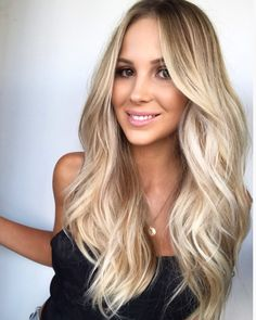 Sandy blonde with blended root stretch Priscilla Thomsen L'Oréal Professionnel . Sandy blonde with Balyage Long Hair, Balayage Hair Blonde, Honey Balayage, Blonde Hair With Roots, Brown Blonde Hair, Natural Wavy Hair, Natural Hair Styles, Long Hair Styles, Hair