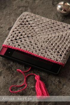 Mobile cover                                                    Szürke gyöngyfonalból, 2 mm-es horgolótűvel készítettem két nagyinégyzetet, ...