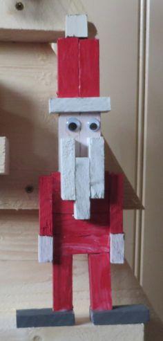 Kerstman van stukjes hout.