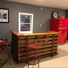 The Buccaneer Pallet Bar / Tiki Bar Vente de janvier Non Wooden Pallet Furniture, Bar Furniture, Furniture Websites, Furniture Dolly, Pool Bar, Patio Bar, Bar Mars, Bars Tiki, Pallet Manufacturers