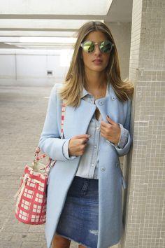 Anna Fasano incorpora um casaco bem estruturado e de cortes retos à um visual jovem e descontraído.