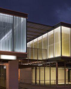 單和2008&NBSP的變化;  私人佣金:定制玻璃,雙層陶瓷熔塊。 52個自定義面板,4'10'各約200'玻璃畫。 業主:Botwin&放大器;  公司建築師:  埃爾多拉多建築師密蘇里州堪薩斯城 Facade Lighting, Lighting Design, Fritted Glass, Mall Facade, Green Facade, Glass Wall Lights, Glass Printing, Facade Architecture, Glass Panels