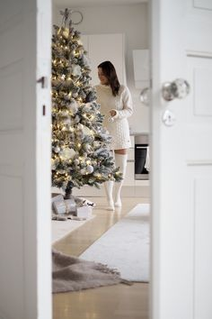 Are you looking for ideas for christmas pictures?Browse around this website for unique Xmas inspiration.May the season bring you joy. Christmas Tree Trimming, Luxury Christmas Tree, Christmas On A Budget, Christmas Mood, Christmas Colors, Christmas Nails, Christmas Aesthetic, Christmas Wonderland, Christmas Pictures