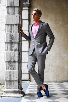 Black and gray checkered suit + pink dress shirt + blue slip-on shoes f6344f6a4250
