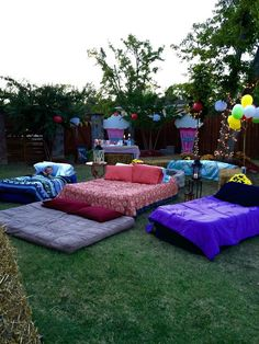 Outdoor movie night date night family night idea Fun Sleepover Ideas, Sleepover Party, Slumber Parties, Party Ideas For Teenagers, Birthday Party Ideas For Teens 13th, Teen Party Themes, Sleepover Crafts, Teen Birthday, Karaoke Party
