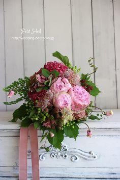 ピンクの花と実もののクラッチブーケ*花だけでなく実ものが入るとブーケの表情が豊かになりますね!
