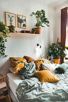 3 Dinge, die dein Schlafzimmer zum Hygge-Himmel machen - - Solltet ihr ebenso wie ich euch bereits vor Lesen dieses Artikels täglich nur schwer aus dem Bett q - Room Ideas Bedroom, Home Decor Bedroom, Plants In Bedroom, Diy Bedroom, Bohemian Bedroom Decor, Bedroom Signs, Interior Livingroom, Bedroom Themes, Master Bedrooms